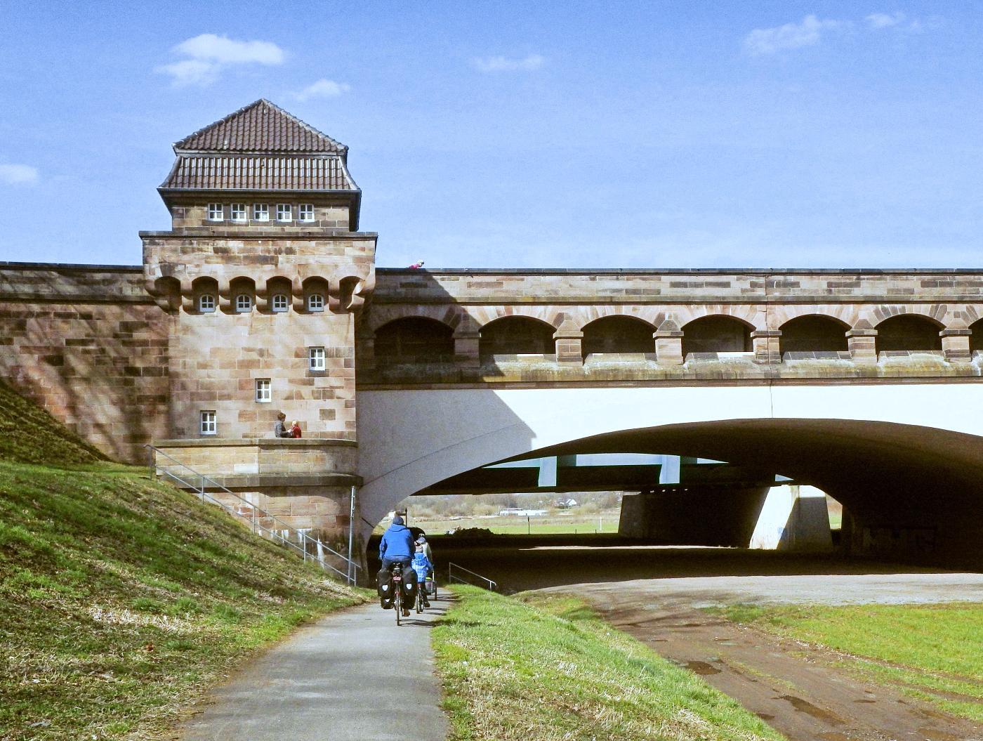 Mit dem Rad unter den Trogbrücken hindurch