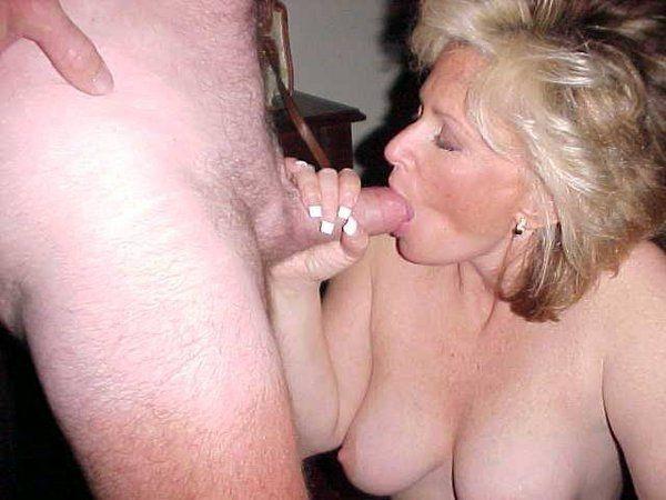 взрослая женщина делает минет мужу